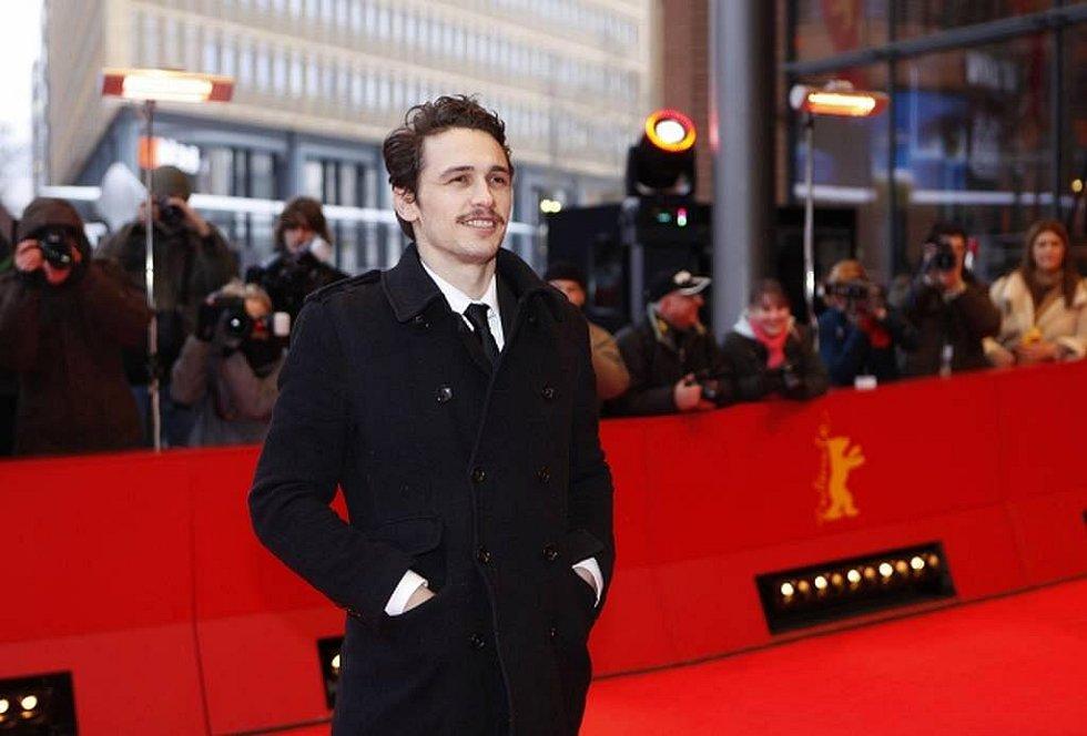 Na červeném koberci se prošla i nová americká herecká hvězda, James Franco