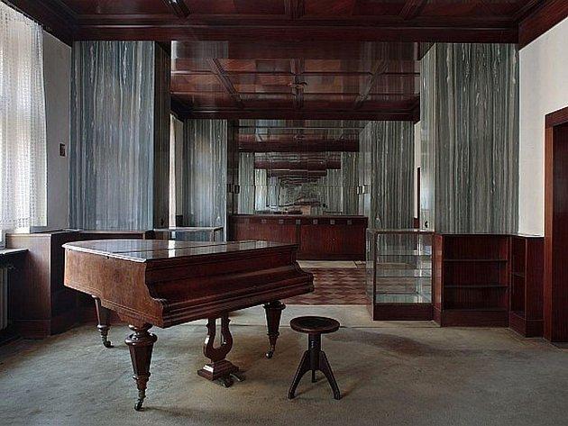 Adolf Loos byl jedním z nejvýraznějších mistrů moderní architektury. Výstava představuje dosud nepublikované archivní dokumenty, snímky Loosových staveb a unikátní fotografie interiérů.
