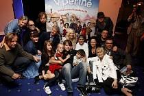NOVINKA. Herci a spolupracovníci F. A. Brabce představili ve čtvrtek film V peřině.