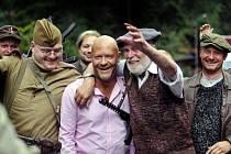Na polsko-českém pomezí začalo natáčení nového českého filmu 7 dní režiséra Jiřího Chlumského. Na snímku účinkující členové Klubu vojenské historie nadšeně vítají ruského herce Sergeje Fjodoroviče Bondarčuka - na snímku uprostřed,