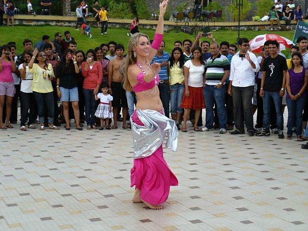 Z Indie si v létě přivezla tanečnice Sharka zážitky i pěkné snímky. Běžně tančila před místním publikem.