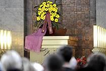 Velká obřadní síň strašnického krematoria v Praze byla 25. června místem posledního rozloučení s hercem Vladimírem Dlouhým, který po těžké nemoci zemřel v neděli 20. června ve věku 52 let.