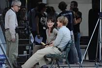 Woody Allen točí svůj nový film v Paříži. Na snímku režisér, Carla Bruni a Owen Wilson