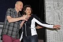 NA ZKOUŠCE. Choreograf a režisér Libor Vaculík se zpěvačkou Ilonou Csákovou.