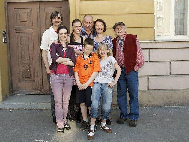 Rodna Nekonečných se chystá do Francie. Jak jejich odchod ze seriálu zamíchá s osudy ostatních hrdinů?
