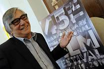 Prezident Mezinárodního filmového festivalu (MFF) Karlovy Vary Jiří Bartoška představil 20. dubna na tiskové konferenci v Praze plakát letošního 45. ročníku MFF.