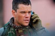 ZELENÁ ZÓNA. Titul Greengrassova nového filmu odkazuje k opevněnému území v Bagdádu, kde vytvořila americká armáda po obsazení Iráku své zázemí. Roy Miller v podání Matta Damona ale zjišťuje, že je to s bezpečností a informacemi v reálu trochu jinak.
