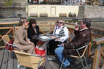 Jaroslava Málková, předsedkyně Střediska západočeských spisovatelů, druhá zleva. Vlevo Tamara Kopřivová, vpravo Vlasta Špinková a Milan Čechura, další členové střediska.