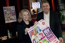 Duchovní otec Febiofestu Fero Fenič spolu se zpěvačkou Evou Pilarovou a plakátem na letošní ročník filmové přehlídky