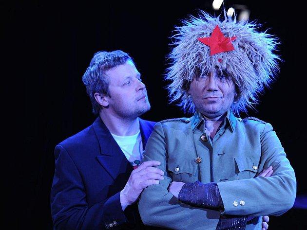 Viktora K. hraje Vasil Fridrich. Na snímku vlevo