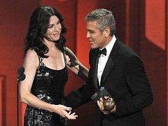 Letošní Emmy se odehrály 29. srpna v Los Angeles. Cermoniál uváděl George Clooney, na snímku s Juliannou Margulies, nominovanou za hlavní roli v seriálu Good Wife