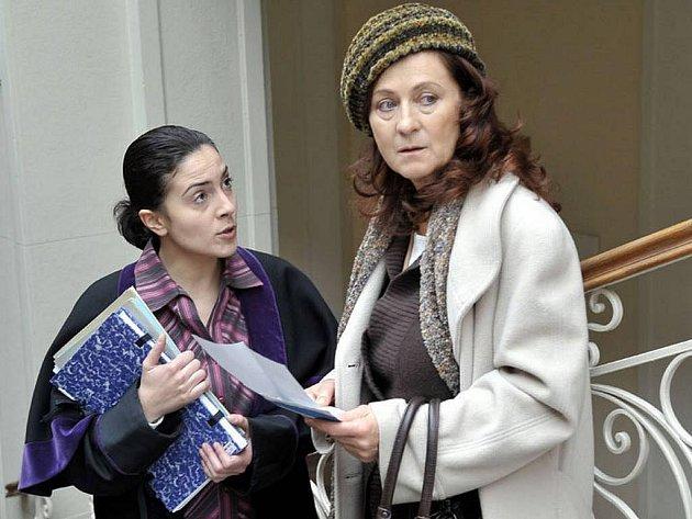 V hlavní roli TV filmu Zrozen bez porodu se představí Simona Stašová, na snímku s Lucií Siposovou.