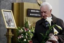 Lidé se přišli 7. listopadu rozloučit do pražského krematoria ve Strašnicích s hercem Bořivojem Navrátilem. Na snímku Miloš Nesvadba.
