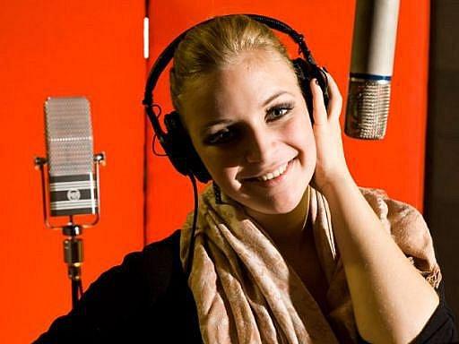Markéta Konvičková ve studiu při natáčení CD Kafe, bar a nikotin