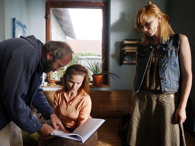 ČTYŘI SLUNCE. Emotivní scénu je třeba dobře připravit – Bohdan Sláma se svými herečkami, Klárou Melíškovou a Annou Geislerovou.