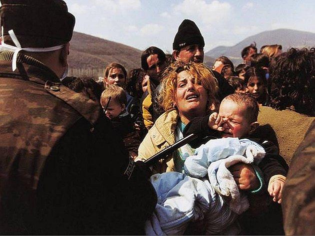 Czech Press Photo 99, Reportáž, první cena - Zlaté oko: Jan Šibík - Kosovská matka zastavená na hranici Makedonie, ze série Útěk kosovských uprchlíků.