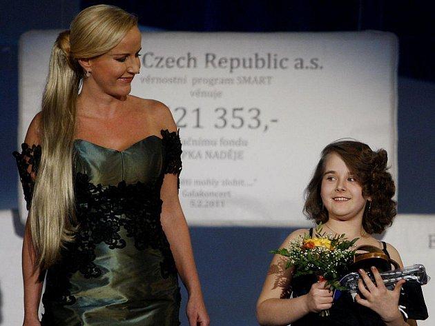 Vendula Svobodová při loňském benefičním koncertu společně s jeho malou účastnicí Bětkou.