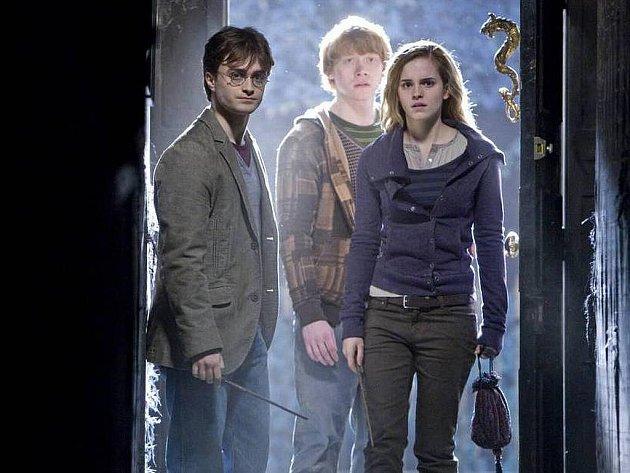 Poslední, sedmý díl knižní série o čaroději Harrym Potterovi s názvem Harry Potter a Relikvie smrti, rozdělili filmaři do svou částí. Ta první má v Česku premiéru 18. listopadu.