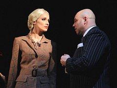 Soňa Borková v titulní roli Evy Duarte Perónové a David Uličník jako její manžel Juan Perón při zkoušce Evity na scéně plzeňského Komorního divadla, kde je na programu premiéra.