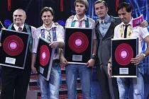 VÍTĚZNÝ TÝM. Holky z naší školky zazpívali Tomáš Savka, Josef Vágner a Roman Vojtek v aranži Jiřího Škorpíka, vlevo. Moderátorem celé show byl Petr Vondráček, druhý zprava.