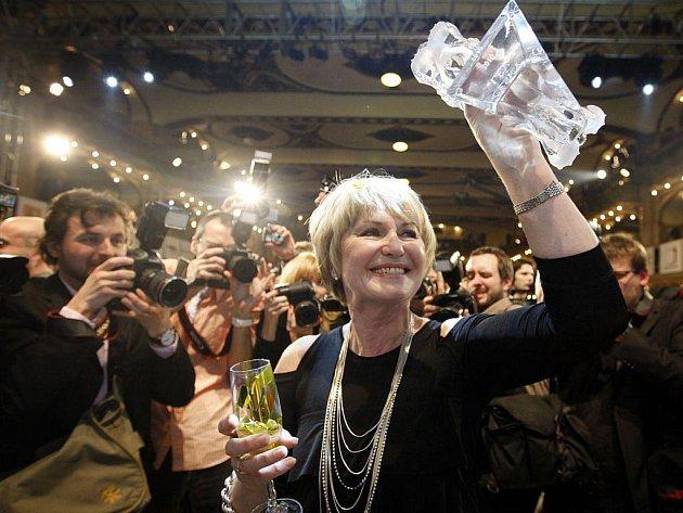 Filmové ceny Český lev za rok 2010 se předávaly 5. března v pražské Lucerně. Na snímku Eliška Balzerová s cenou za vedlejší ženskou roli.