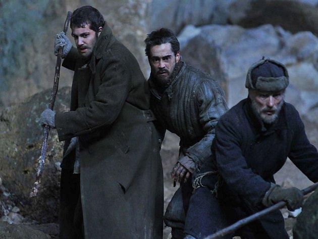Slavný australský režisér Peter Weir se po sedmi letech vrátil do kin. Příběhem o skupině uprchlíků z gulagu, inspirovaným skutečností.