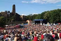 Po roční pauze je zpět. V nejlepší formě a se skvělým programem. Už tuto sobotu ve 13:00 se otevřou brány našeho jednoho z nejoblíbenějších hudebních festivalů. Open Air Festivalu Okoř.