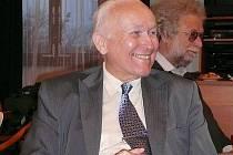 I literární vědci se dovedou smát! U univerzitního profesora Viktora Viktory není,  k radosti jeho přátel, dobrá nálada výjimkou. Právě oslavuje sedmdesátiny.