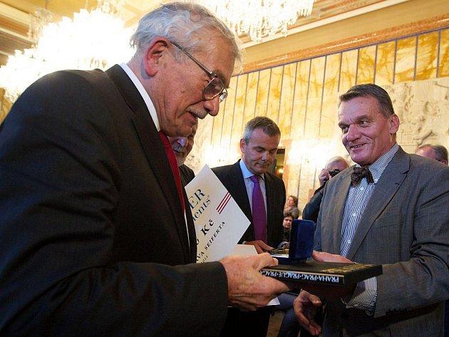 Básník Karel Šiktanc přebírá letošní Seifertovu cenu z rukou primátora