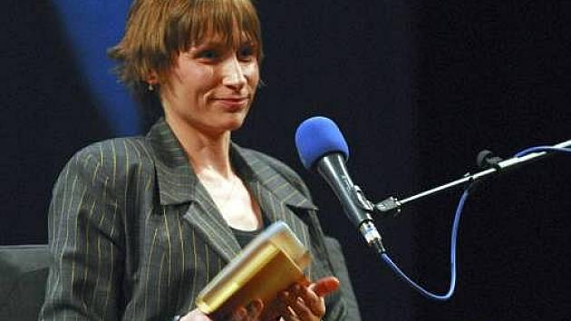 Spisovatelka Hana Andronikova, na snímku ze 7. června 2006 v pražském divadle Minor, kdy vystoupila v závěru Festivalu spisovatelů.