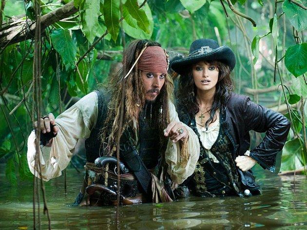 Piráti z Karibiku: Na vlnách podivna. Už po čtvrté přichází do kin charismatický kapitán Jack Sparrow, který má tentokráte novou partnerku, Penélope Cruz