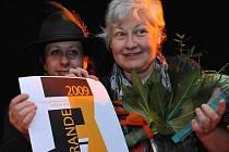 Pražská režisérka Kristina Vlachová, autorka působivých dokumentů o zločinech komunismu, dostala v Ústí na Mezinárodním filmovém festivalu Femina Film 2009 hlavní cenu Femina Grande. Na snímku s Ester Kočičkovou.