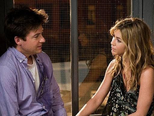 ZÁMĚNA. Jason Bateman a Jennifer Aniston jako zdánlivě dospělí a rozumní přátelé, kteří k sobě složitě hledají cestu a které spojí až rodičovská láska a povinnosti.