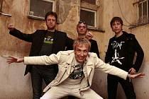 Slovenská punková legenda Zona A, v bílém je její šéf a zpěvák Koňýk.