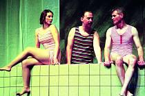 Inscenace U pokladny stál v Mostě: na snímku herečka Karolína Lišková, Jiří Kraus a Radim Madeja.