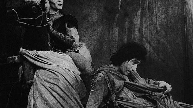 Slavná inscenace Bolka Polívky Šašek a královna na snímku Jaroslava Krejčího