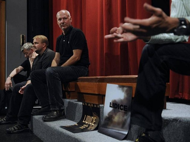 Režisér Nikolaev, třetí zleva, naslouchá producentovi Adamu Dvořákovi ze společnosti Bioscop na setkání s tvůrci nového českého snímku Lidice, které se konalo 9. června v pražském kině Evald. Zleva dramaturg ČT Kristián Suda a producent Tomáš Vican.