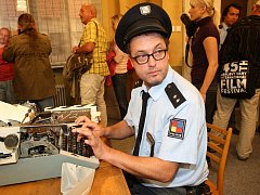 Komik Josef Polášek na snímku z natáčení sitcomu Profesionálové na TV Barrandov