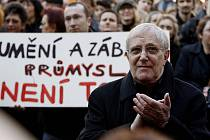 Herec Jiří Suchý se vloni zúčastnil happeningu, jímž vyvrcholila 24. dubna před pražským magistrátem petiční akce Za Prahu kulturní.
