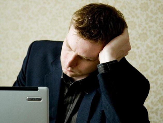 Pracovat 11 hodin denně se úředníkům nevyplácí, trpí pak depresemi, tvrdí studie.