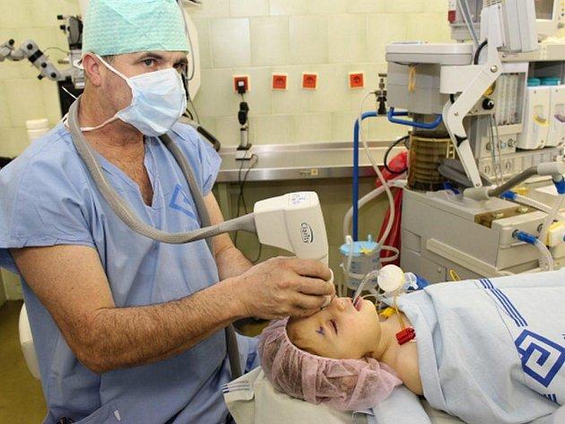 Onemocnění sítnice u předčasně narozených připraví ročně o zrak 30 dětí.