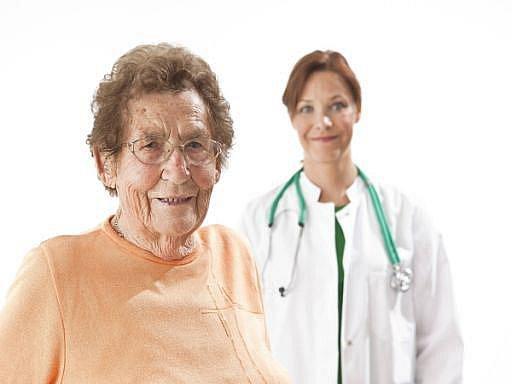 Určitě by se měli nechat očkovat zejména starší lidé. Ti se totiž častěji pohybují v rizikových místech a mají nižší imunitu, takže u nich bývá průběh nemoci těžší, radí odborník. Ilustrační foto