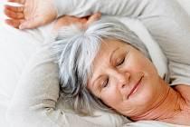 Maso, zelenina, ovoce i vitamín D mohou zpomalit příznaky stárnutí - skvrny na kůži, vznik cukrovky i neurodegenerativní onemocnění.