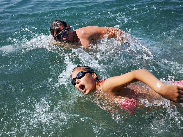 Aby šlo o sportovní výkon, museli by mnozí změnit plavecký styl. Ilustrační foto.