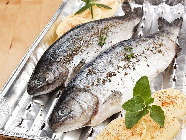 Čerstvá ryba je pokrytá slizem, voní vodou, má lesklé a vypouklé oči a červené žábry.