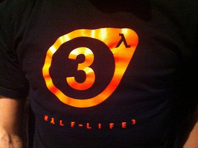 Tričko, na kterém je logo počítačové hry Half-Life 3.