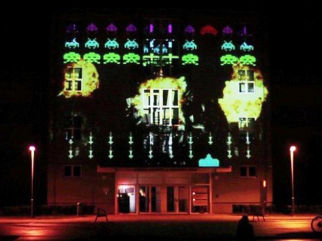 Promítání pro fanoušky videoher na budovu Univerzity Tomáše Bati v Uherském Hradišti.