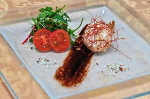 Jemný kozí sýr obalený vpraženém kokosu schilli vlasy a malým salátem