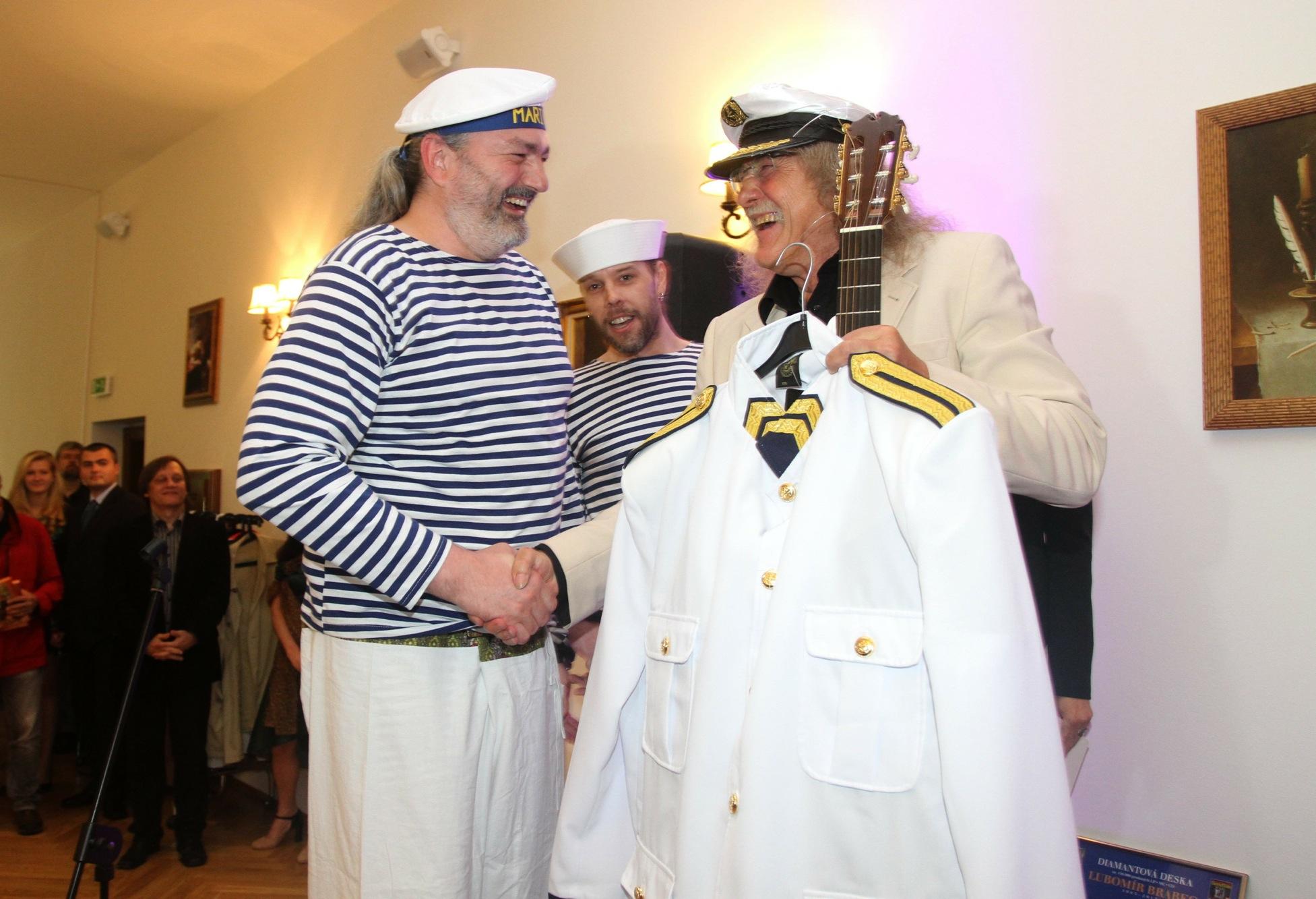 Od Daniela Hůlky a jeho manažera Martina Svobody dostal Lubomír Brabec kapitánskou uniformu. Kluci spolu provozují jachting.