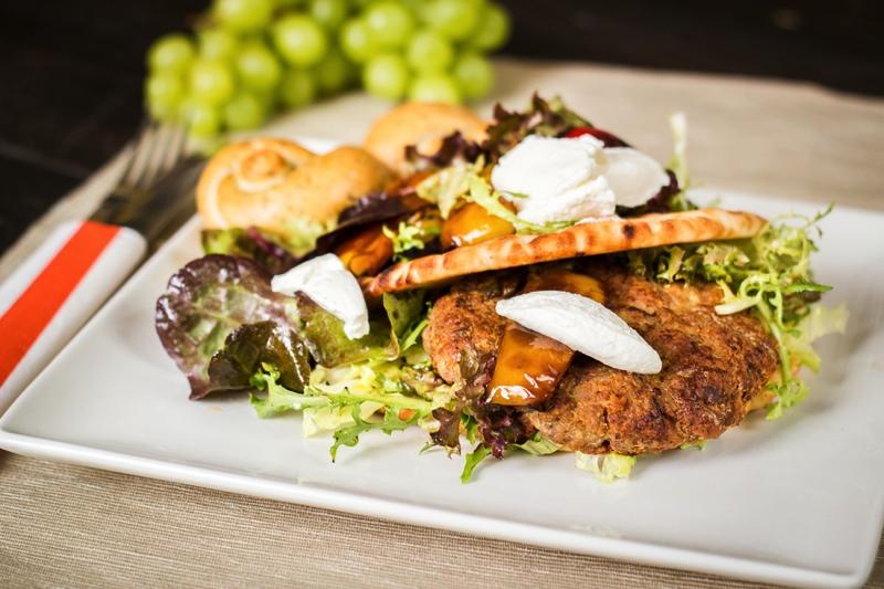 Grilovaná vepřová pljeskavica vpita chlebu se salátkem zpečených paprik a ricotty